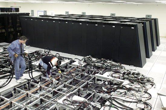 le plancher d'une salle informatique